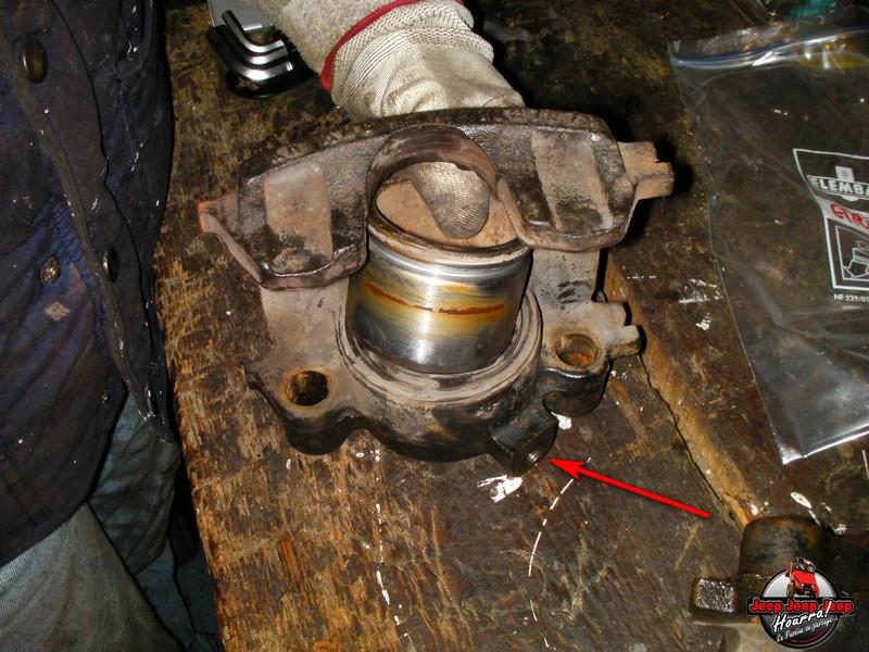 Maïté pistonne ses freins avant... (CJ7 82-86) Sany0012