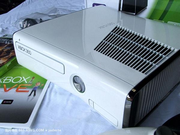 The New Xbox 360 S in white White-11