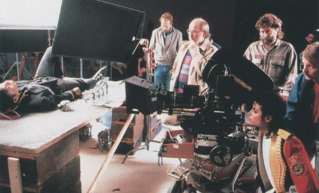 Photos Making of des clips de MJ ! - Page 4 Med_ga10