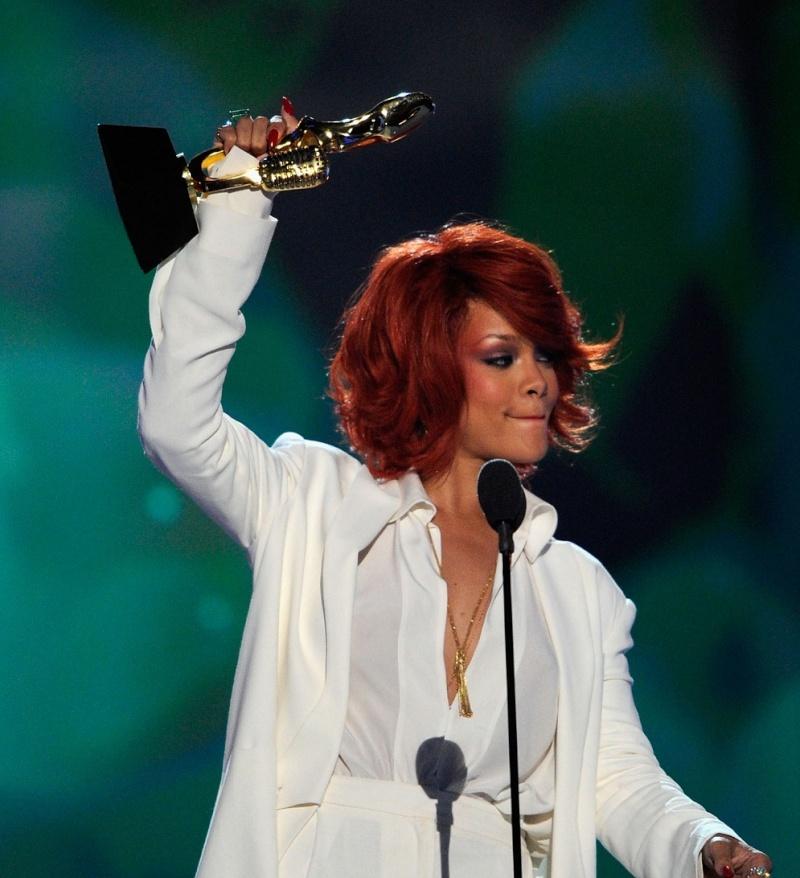 Rihanna reçoit ses récompenses au Billboard Music Awards 22/05/11 32253510