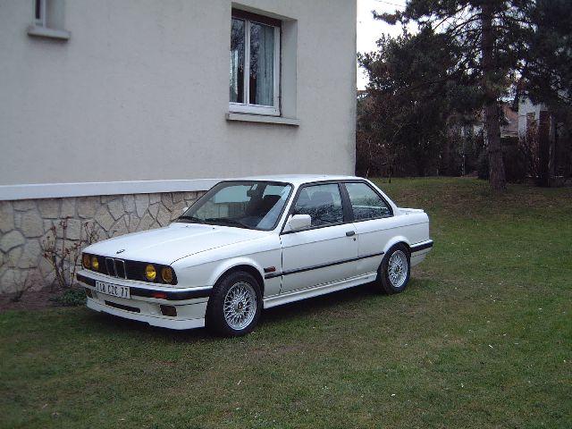 BMW 318 is E30 : the black track machine ... 024-3110