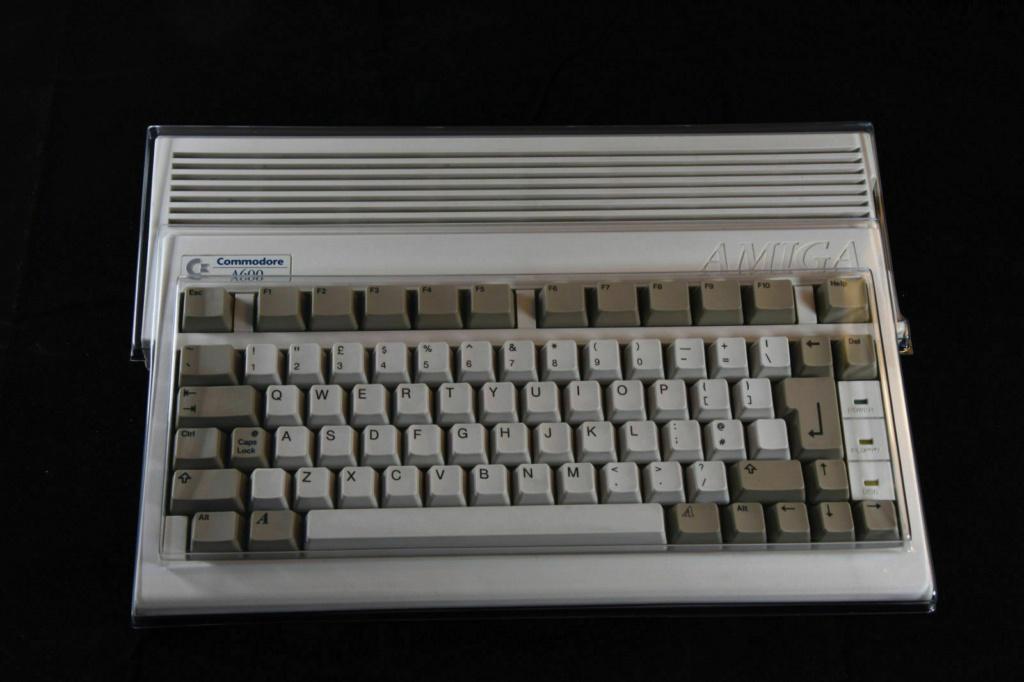Commodore Amiga 600 : protection clavier ( Dust cover ) 25 eur fdpin 2510