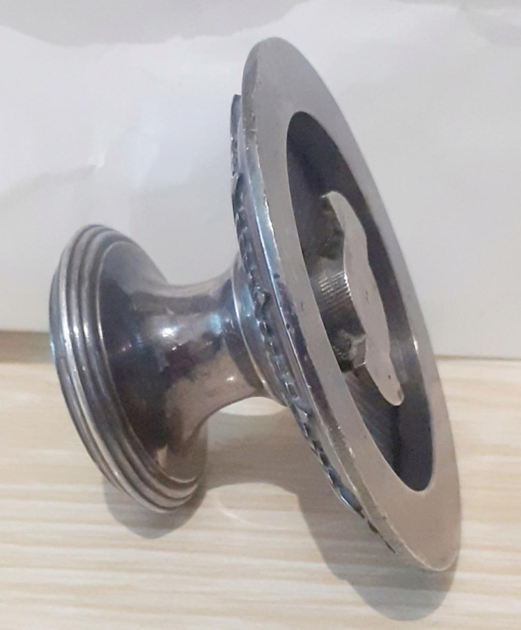 Une poignée amovible du couvercle d'un plat de service en métal argenté 20210810
