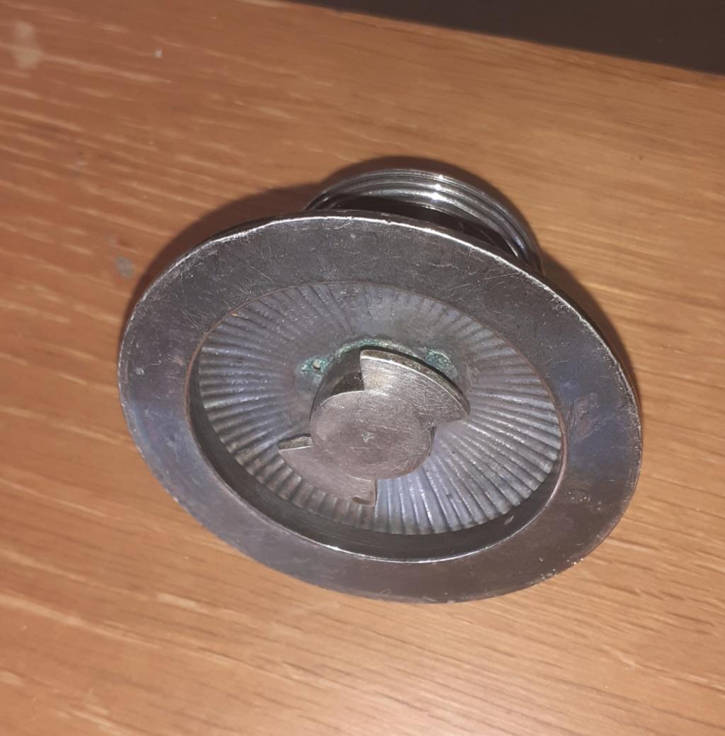 Une poignée amovible du couvercle d'un plat de service en métal argenté 20210811