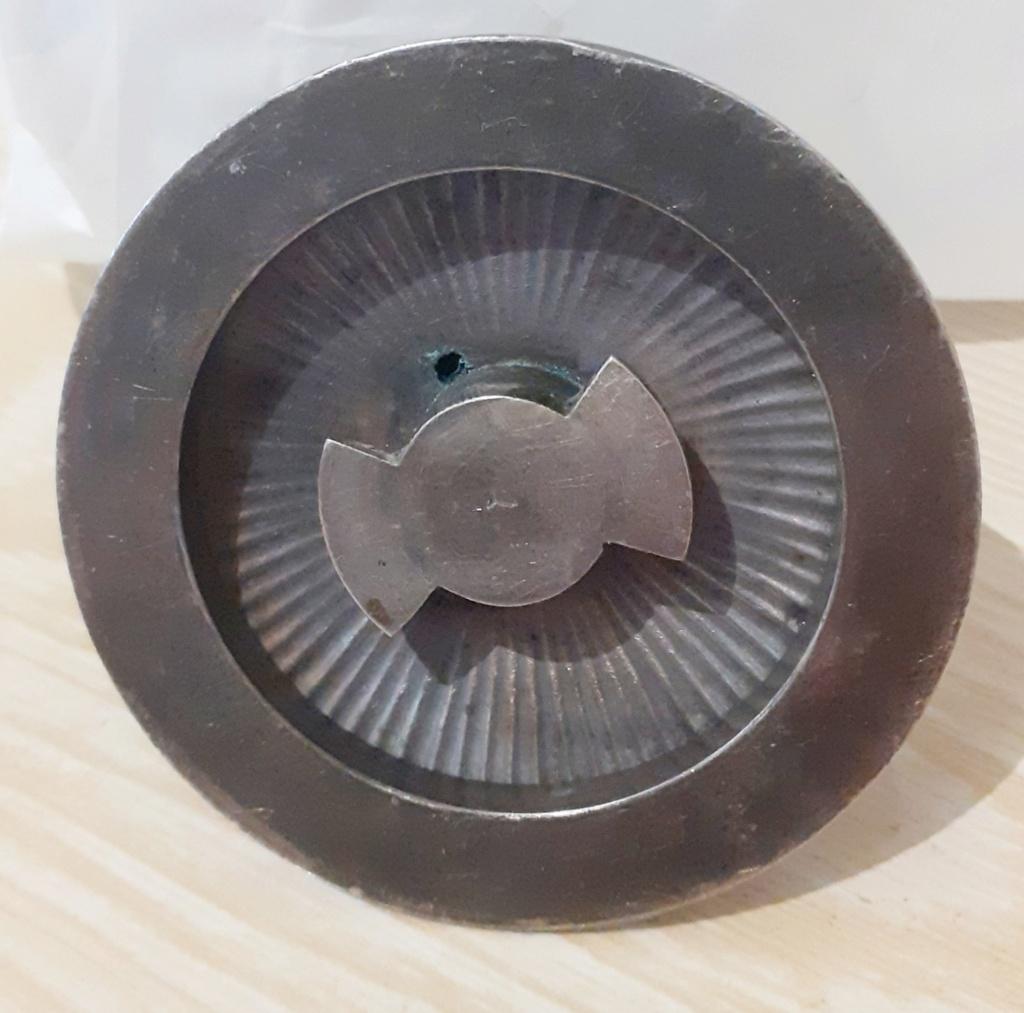 Une poignée amovible du couvercle d'un plat de service en métal argenté 20210815