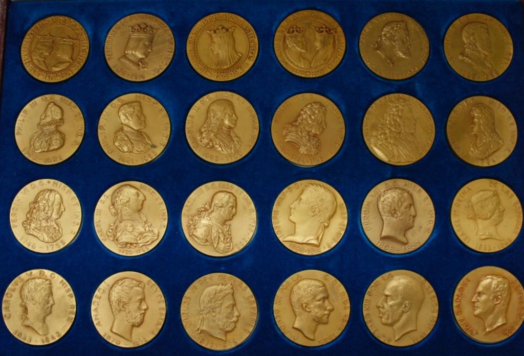 Medalla Carolus V ROM . IMP . HISPANIARUM . REX 1516-1520-1555-1556. Primeras Repercusiones Politicas del Oro Americano en Europa . Barcelona MCMLXVI . X. y . F Calico Editores  5d80da10