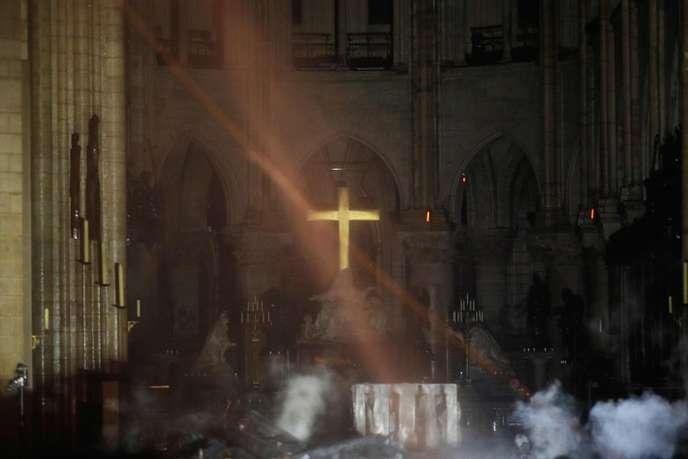 Terrible incendie de Notre Dame de Paris le 15 Avril 2019 au soir - Page 2 48665810