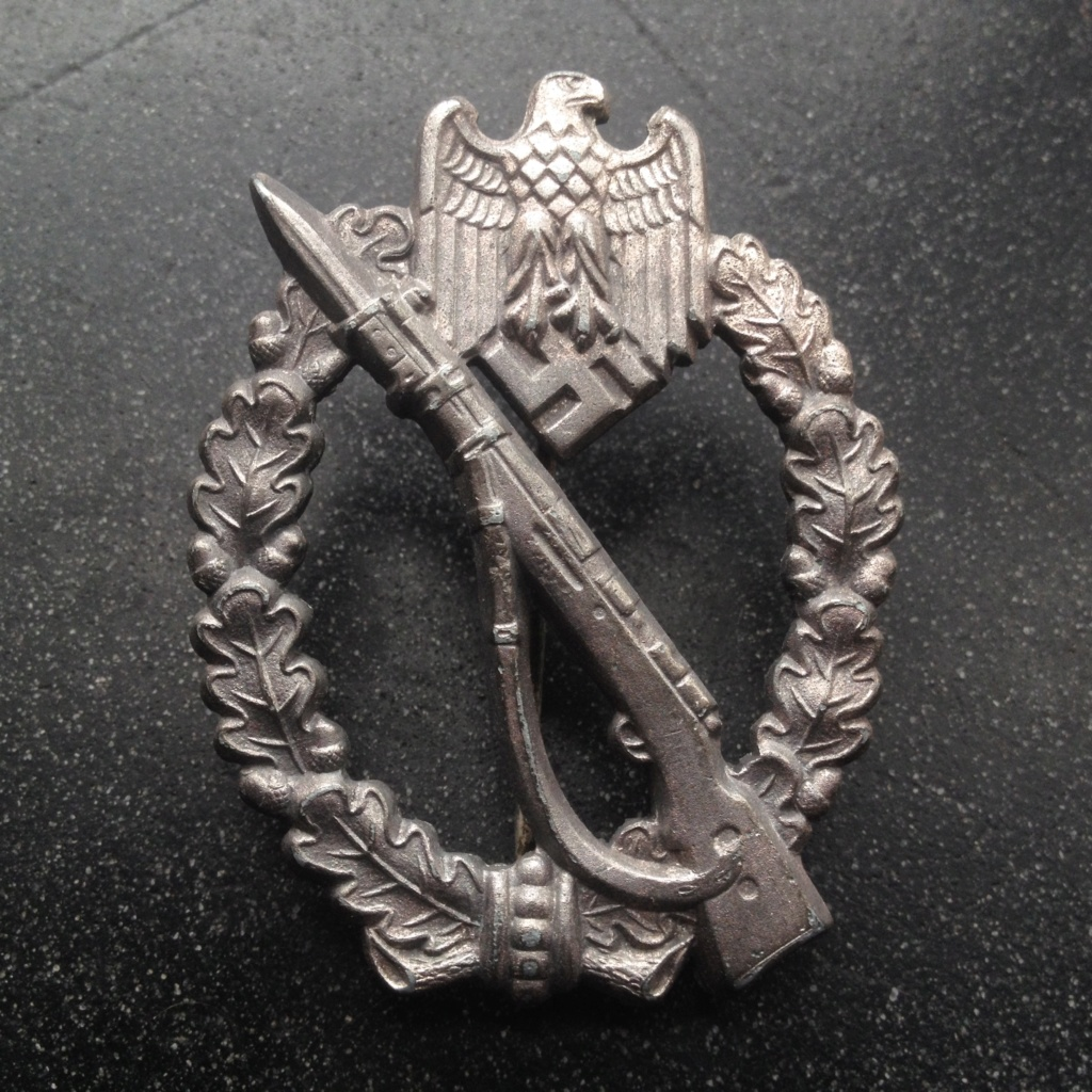 Aigle KM Assmann et Insigne assaut infanterie Img_7411