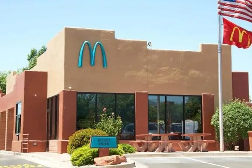 ¿Por qué este McDonald's ha tenido que cambiar el color de su logo? 5c53p210