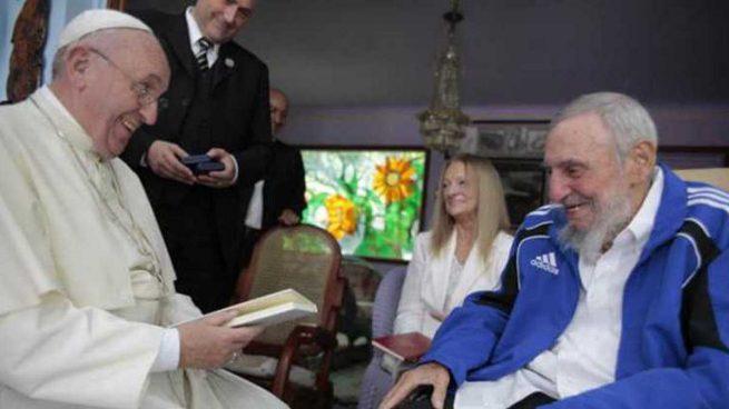 La foto que explica el cobarde silencio del Papa Francisco ante la represión comunista en Cuba Papafr10