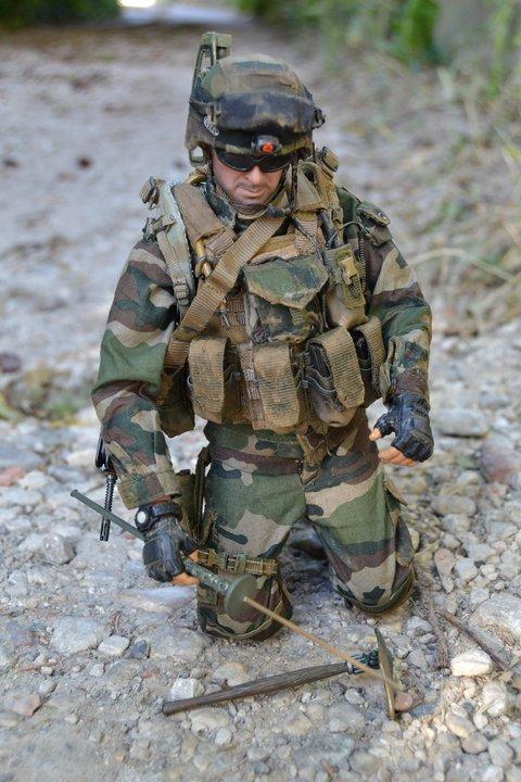 un sergent du 17e RGP en patrouille dans la vallée d'Alasay en Afghanistan  17e_rg13