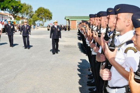 Des paras aux côtés des élèves sous-officiers Cpa_3010