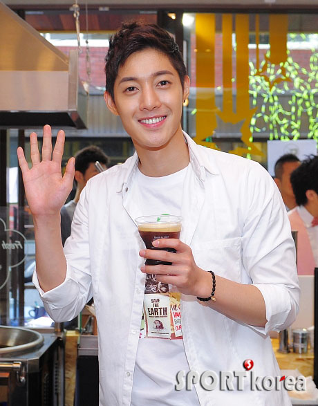 """Kim Hyun Joong becomes a one-day barista for """"Save the Earth"""" campaign 20110610"""