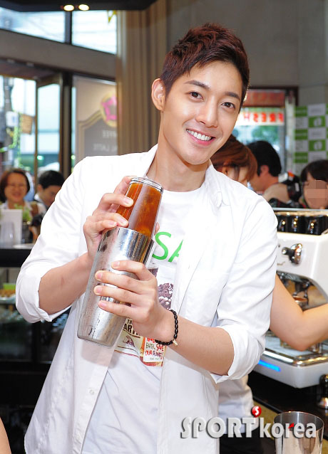 """Kim Hyun Joong becomes a one-day barista for """"Save the Earth"""" campaign 20110611"""