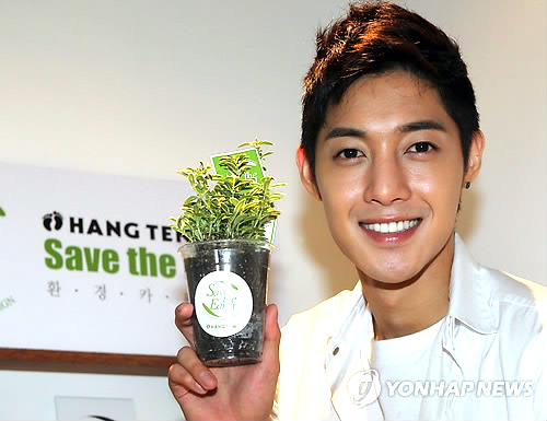 """Kim Hyun Joong becomes a one-day barista for """"Save the Earth"""" campaign 20110612"""