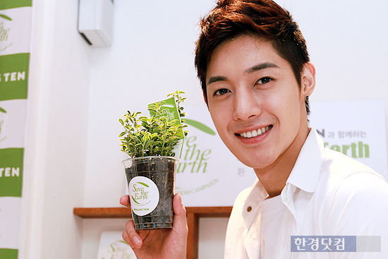 """Kim Hyun Joong becomes a one-day barista for """"Save the Earth"""" campaign 20110613"""