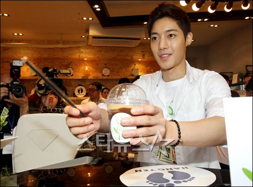 """Kim Hyun Joong becomes a one-day barista for """"Save the Earth"""" campaign 20110614"""