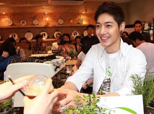 """Kim Hyun Joong becomes a one-day barista for """"Save the Earth"""" campaign 20110615"""