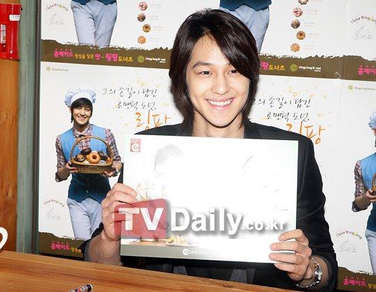 [Photo] Kim Beom at Ring Pang Donut Cafe  25073310