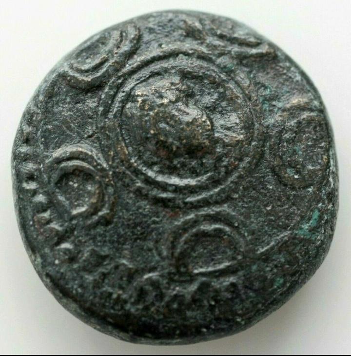 AE15 de Alejandro IV de Macedonia. Escudo macedonio y casco con cresta 20190825