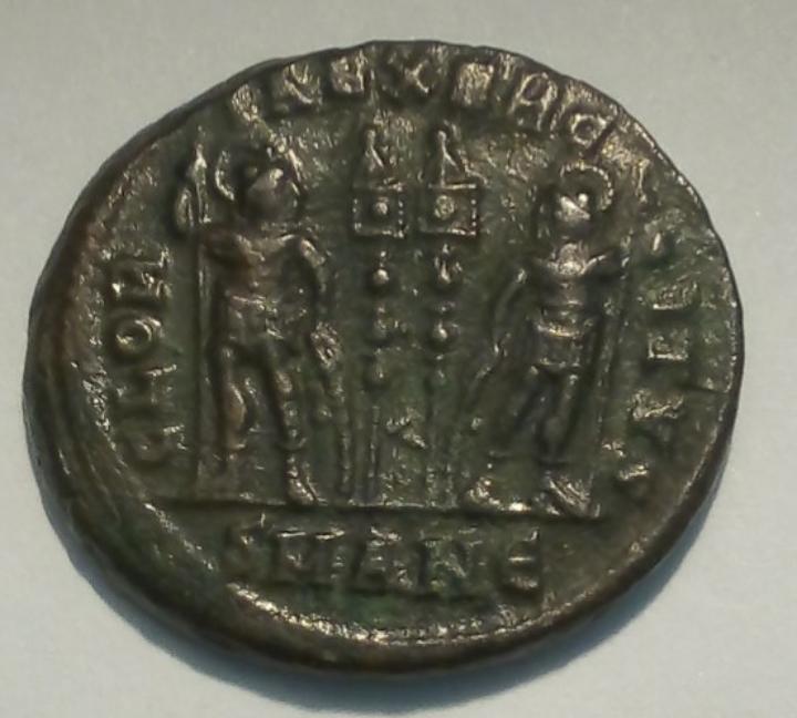 AE3 de Constantino II. GLOR-IA EXERC-ITVS. Dos estandartes entre dos soldados. Antioquía. 20191015