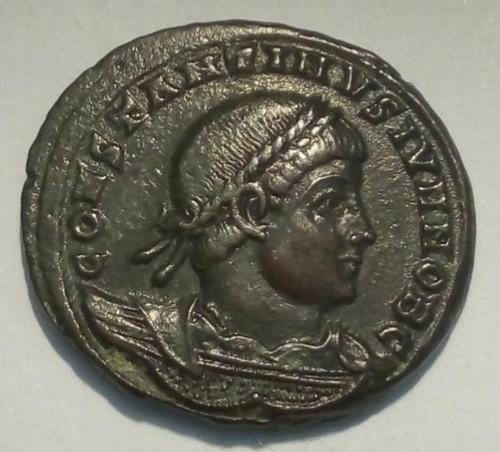 AE3 de Constantino II. GLOR-IA EXERC-ITVS. Dos estandartes entre dos soldados. Antioquía. 20191016