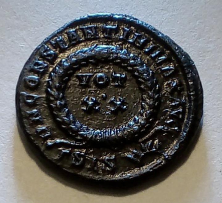 AE3 de Constantino I. D N CONSTANTINI MAX AVG / VOT XX. Siscia. 20191018