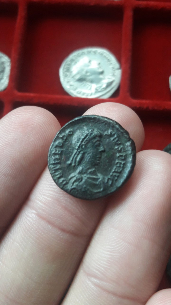 AE3 de Teodosio I. GLORIA RO-MANORVM. Emperador avanzando a dcha. Siscia. Scree112