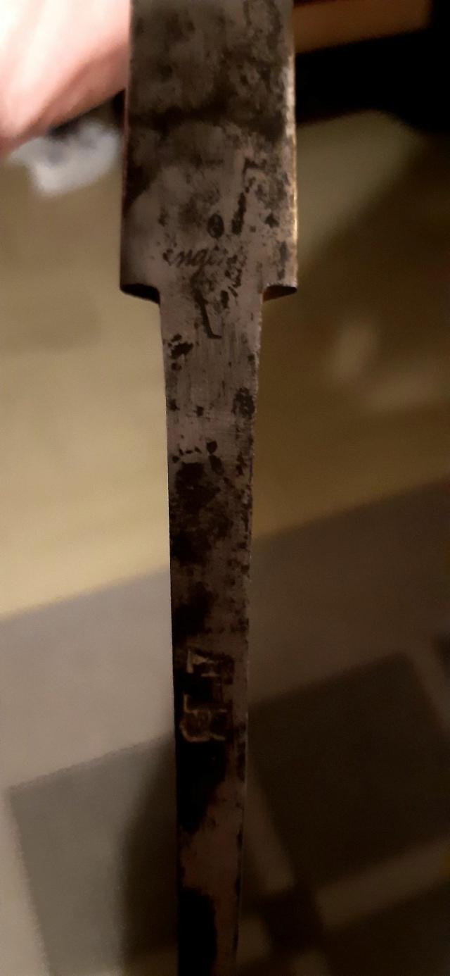 Avis d'expert en la matière en lame d'épée. 16135812