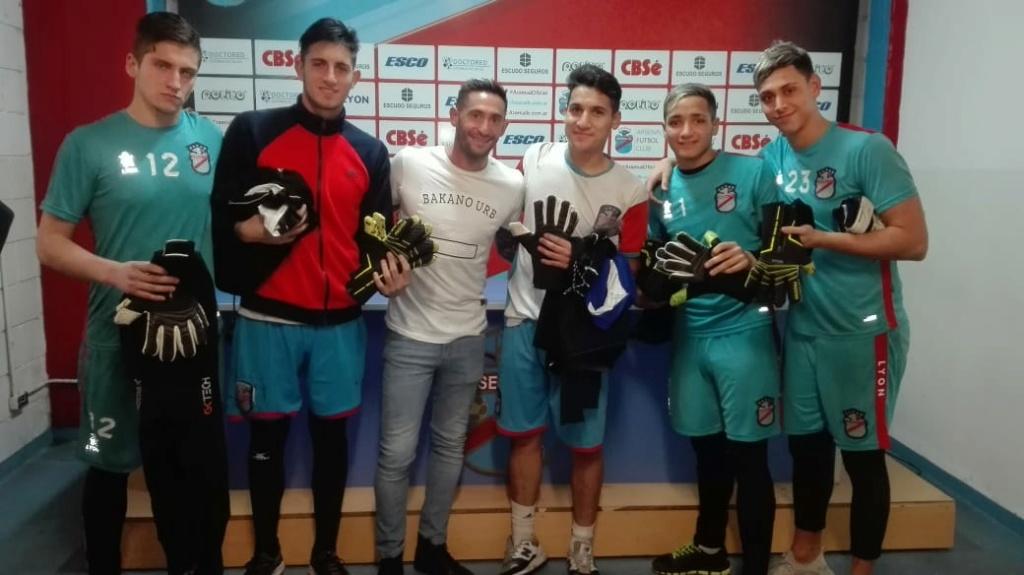 Los porteros más bajos de la historia del futbol -- Shortest goalkeepers in football - Página 11 Glagia11