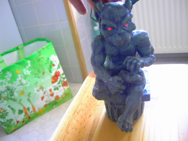 Ajouter des LEDS rouge dans une Statuette Gargouille Pict0313