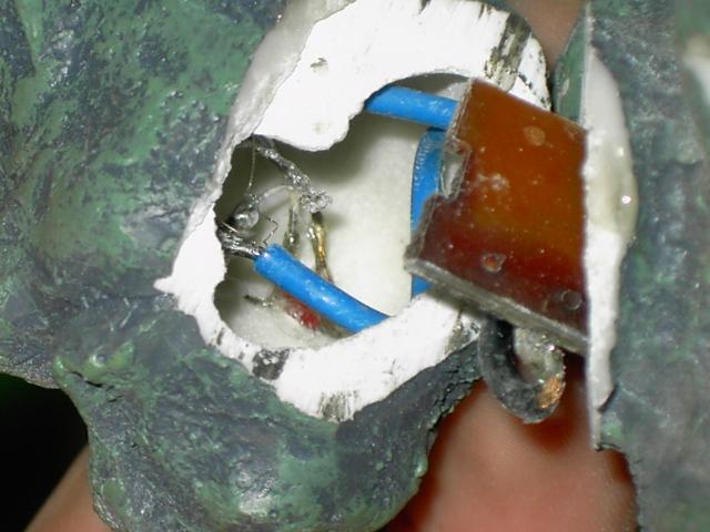 Ajouter des LEDS rouge dans une Statuette Gargouille Pict0315