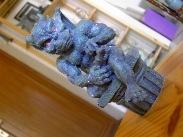 Ajouter des LEDS rouge dans une Statuette Gargouille Pict0317