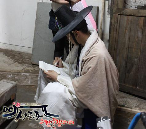 Yoochun en el set de SungKyunKwan Scandal 1109