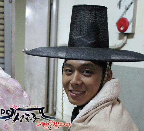 Yoochun en el set de SungKyunKwan Scandal 78909810