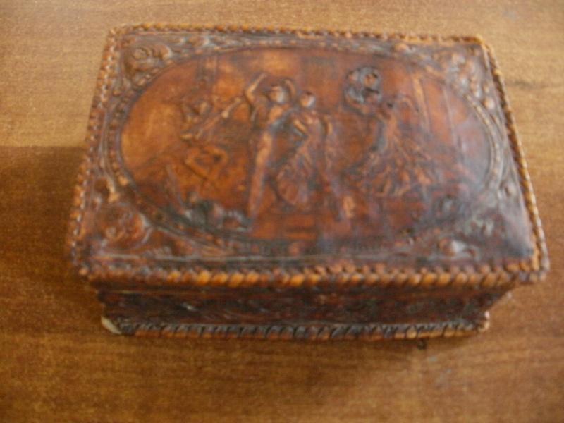 boite en bois recouverte de cuir P8080112