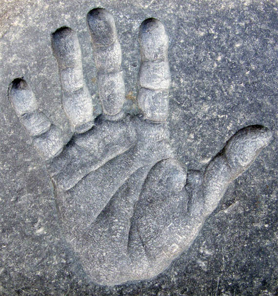 Handprint in granite Handpr10