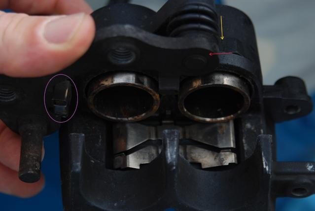 Rénovation des joints d'étrier de frein avant sur Suzuki GSX inazuma 750 Dsc_0137