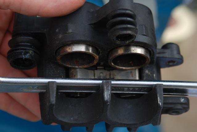 Rénovation des joints d'étrier de frein avant sur Suzuki GSX inazuma 750 Dsc_0140