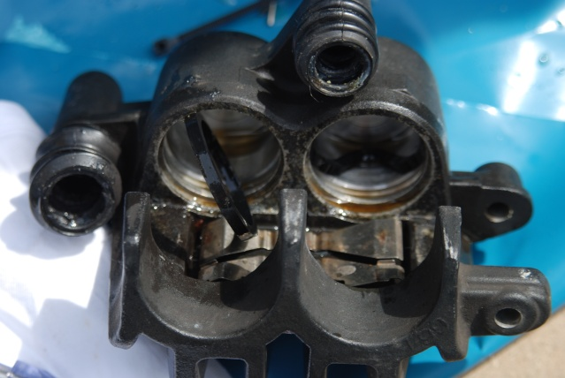 Rénovation des joints d'étrier de frein avant sur Suzuki GSX inazuma 750 Dsc_0152
