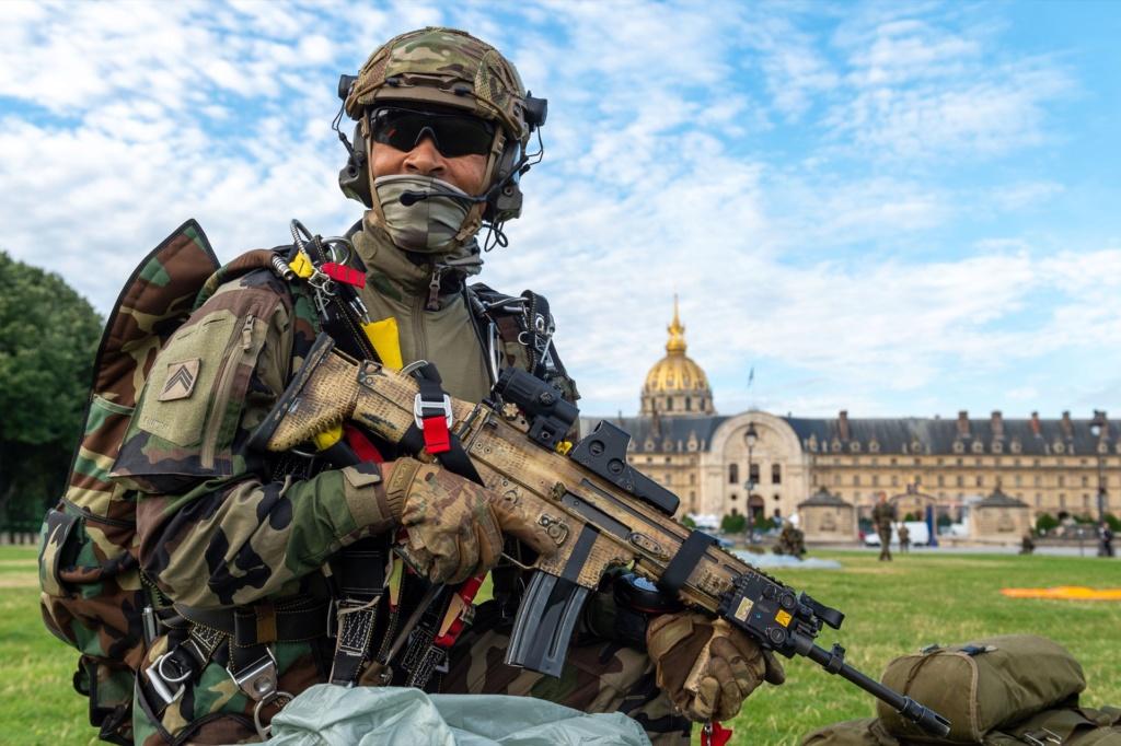 Les GCP du 1er para ont sauté sur les Invalides à Paris. 10789610