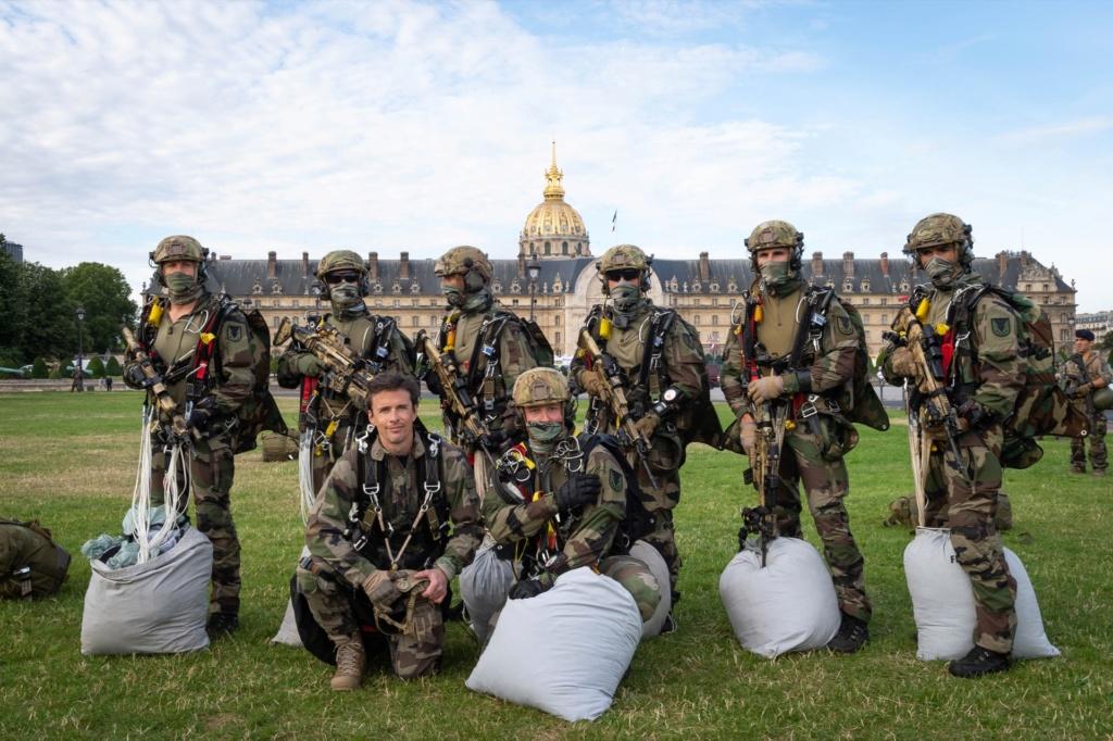 Les GCP du 1er para ont sauté sur les Invalides à Paris. 10790010