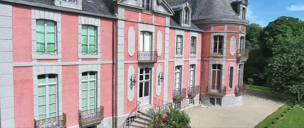 Les Chateaux Français 13569010