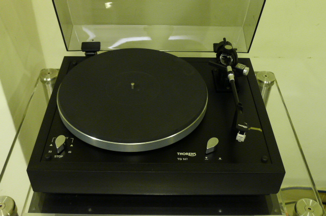 Thorens TD-147 Belt-Drive Turntable with new Rega Carbon MM Cartridge (Used) P1150824