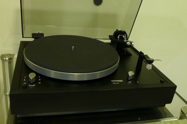 Thorens TD-147 Belt-Drive Turntable with new Rega Carbon MM Cartridge (Used) P1150826