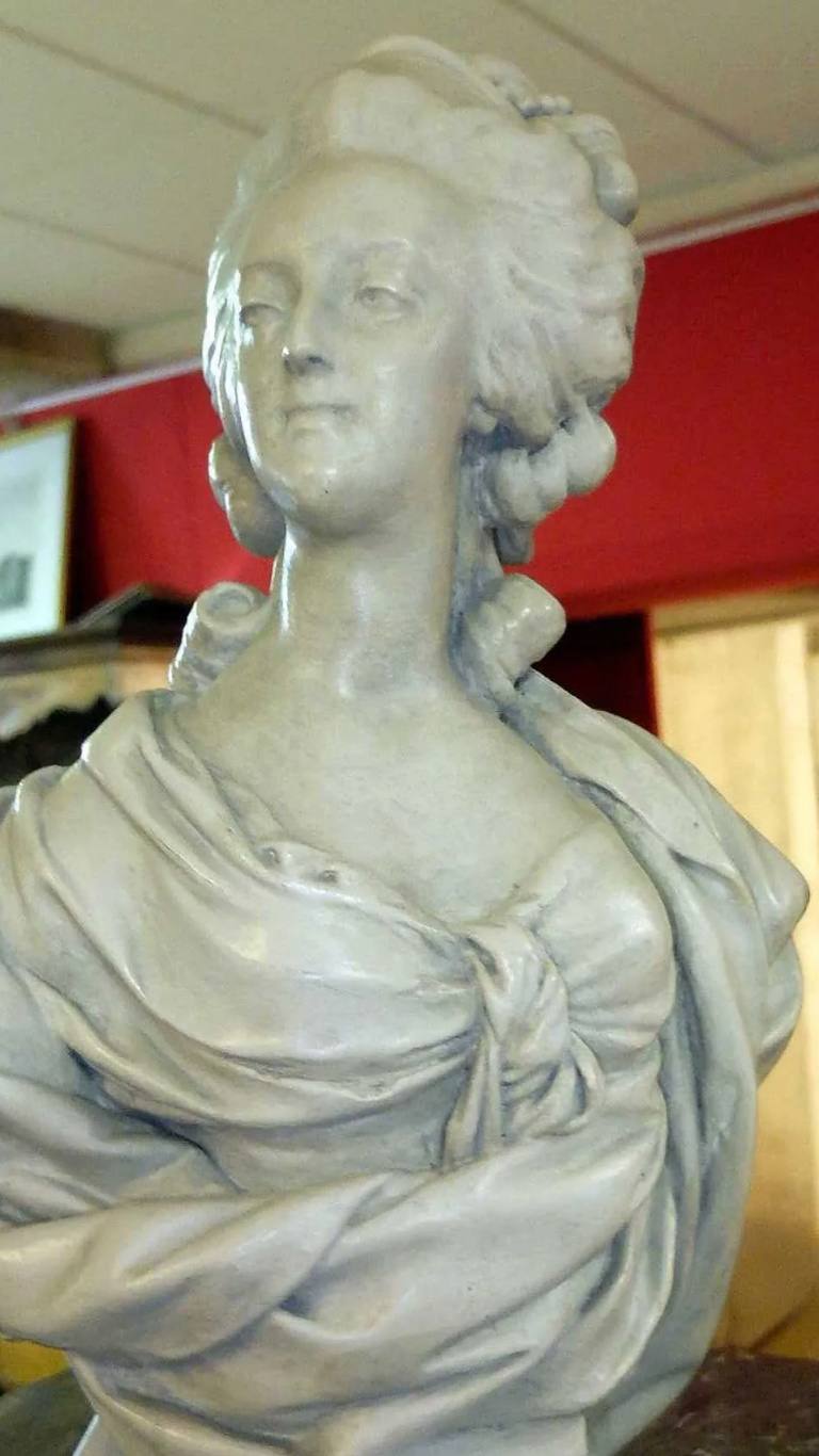 A vendre: bustes Marie Antoinette - Page 10 Zducre11