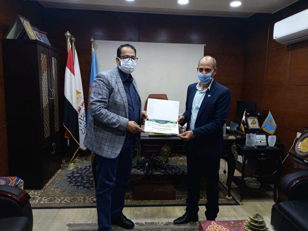 وزارة التربية والتعليم تكرم معلم بالغربية لشدة انتمائه للوطن 923