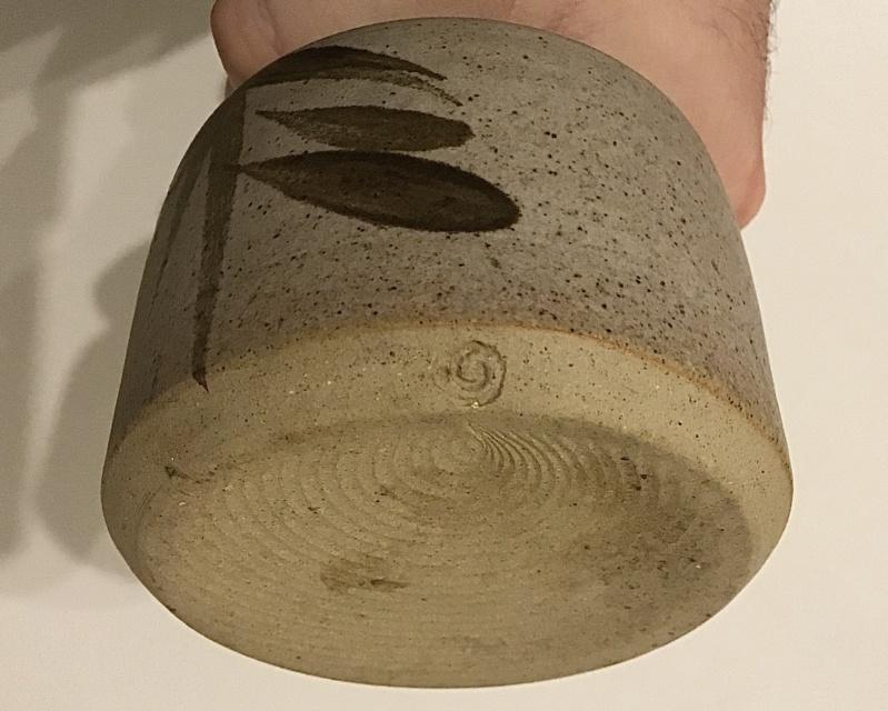Old school, beige, vase - swirl mark - Gordon Menzies, Iona Pottery  1ebf8110