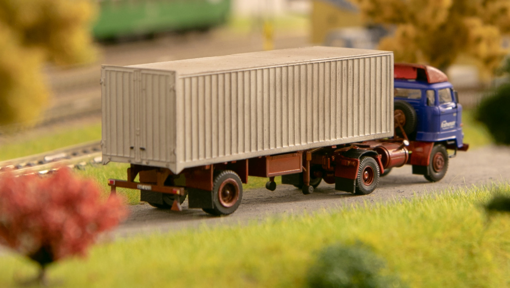 L60 Sattelzugmaschine mit Kofferauflieger Img_7212