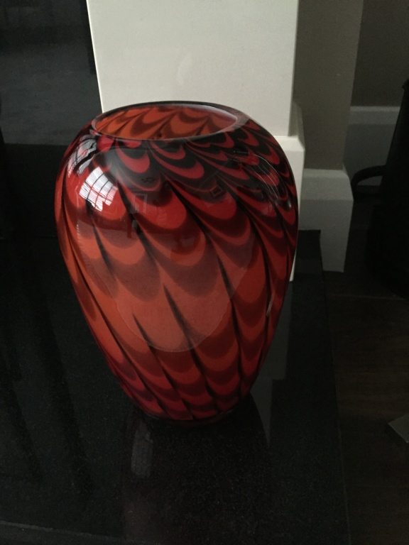 Red and black glass vase  36d3aa10